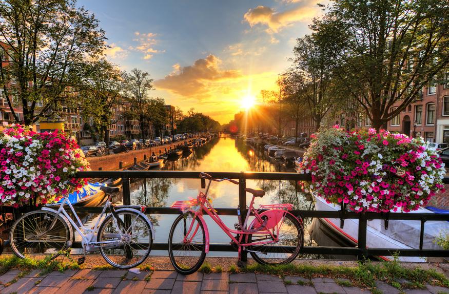 Bicicletas na ponte do canal de Amsterdã